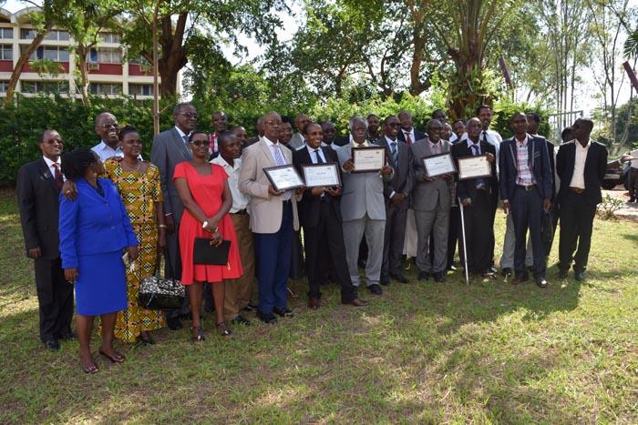 Photo d'ensemble. Les professeurs à la retraite exhibant leurs certificats
