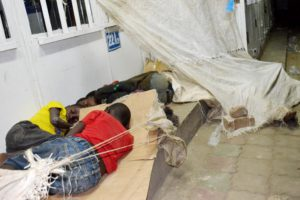 Des enfants dormant à la belle étoile au centre ville de Bujumbura.