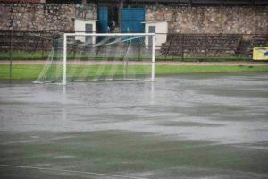 Le terrain du stade Prince Louis Rwagasore  inondé d'eau après les pluies  de samedi dernier.
