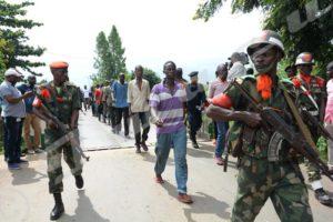 Mardi,31 janvier 2017 - La RDC a remis au Burundi 124 personnes qui y étaient détenues depuis 14 mois. Des militaires congolais les amènent en colonne