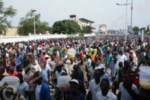 Des milliers de citadins manifestant ce samedi