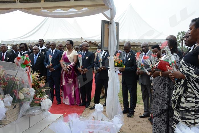 Mardi, 10 janvier 2017 - Fleurs en main, les membre du gouvernement burundais disent adieu au ministre Emmanuel Niyonkuru assassiné la nuit du 31 décembre 2016