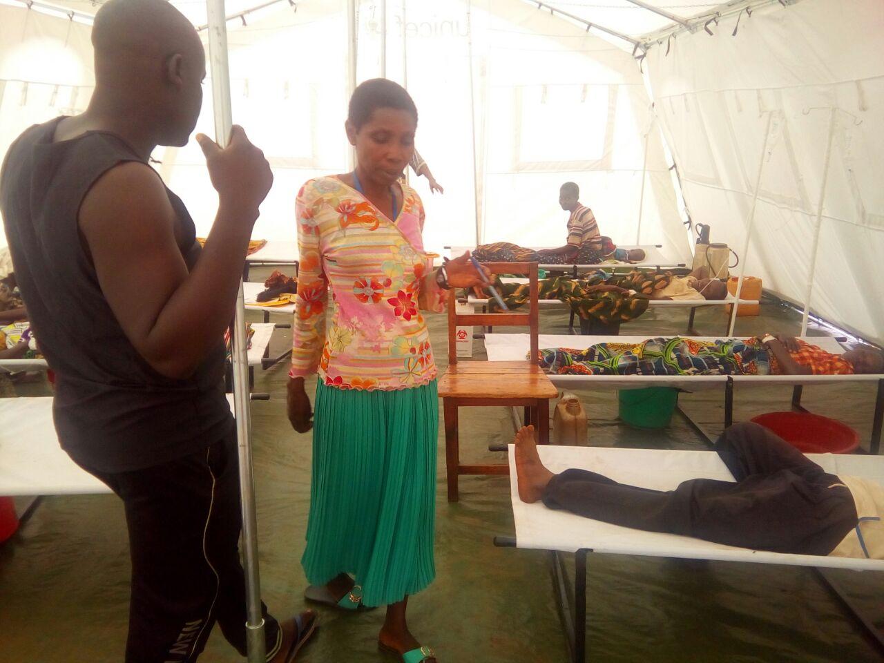 Les victimes du choléra, allongées dans les tentes du centre de santé publique de Rugombo, montées par la Croix-Rouge.