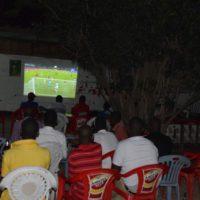 Certains jeunes en train de regarder Sénégal-Tunisie, au bar « Cecinga».