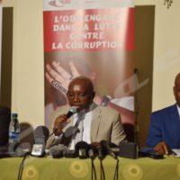 Le commissaire général de l'OBR, au milieu, lors de la présentation du rapport du quatrième trimestre.