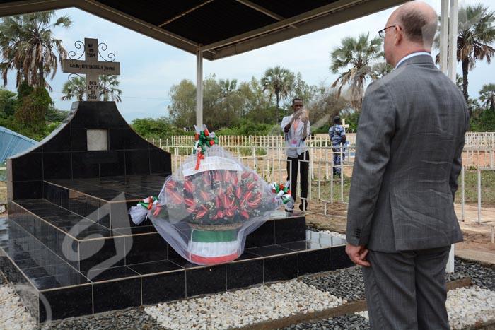 Mercredi, 19 janvier 2017 - Smaïl Chergui, Commissaire de l'Union africaine à la paix et à la sécurité en visite au Burundi dépose une gerbe de fleur sur la tombe de feu Général Major Juvénal Niyoyunguruza assassiné en Somalie en mission de maintien de la paix en 2009