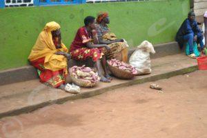 Les deux  seuls paniers  de patates douces qui étaient au marché de Magarama