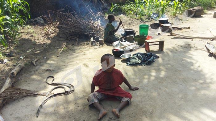 Les enfants en train de préparer la nourriture.