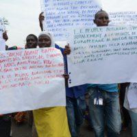 manifestants-avec-des-ecrits