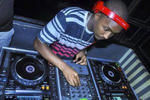 DJ Sweet aux platines lors d'une soirée.