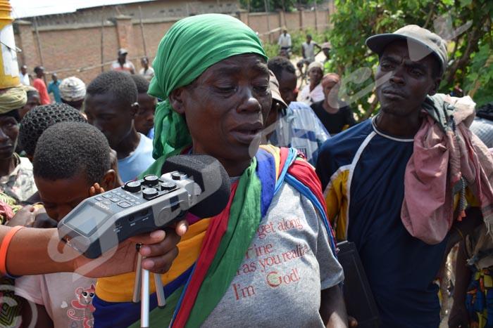 Mardi, 21 février 2016- Ne sachant pas pas où aller, cette femme chassée de la localité de Kagaragara, en commune Gihanga de la province Bubanza pleure. Elle est parmi les deux mille personnes chassées de cet endroit sur ordre du gouverneur ©C.B/Iwacu