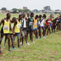 Les athlètes burundais sur la ligne de départ lors du championnat national de cross-country au bataillon Para