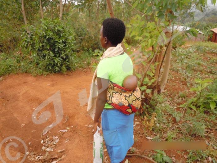 La jeune maman et son bébé de 3 semaines