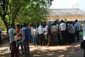 Les signataires du préavis devant le bureau du directeur adjoint chargé de l'encadrement et la sécurité.