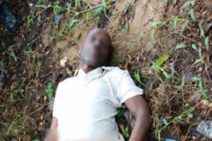 Le corps sans vie du colonel Charles Ndihokubwayo gisant dans les enceintes de la Paroisse Saint Joseph de Ngagara