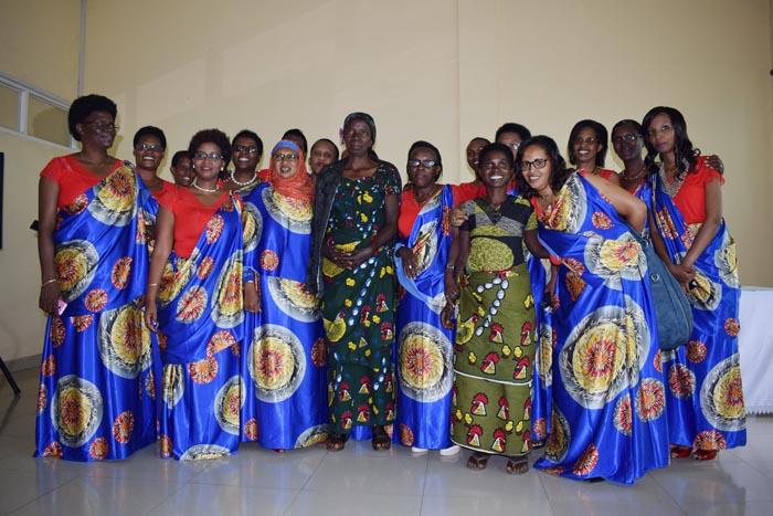 Photo de famille des femmes, membres du personnel du FIDA