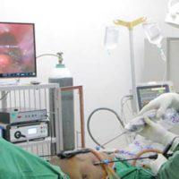 Dr Rajesh Kumar Agarwal en pleine intervention chirurgicale