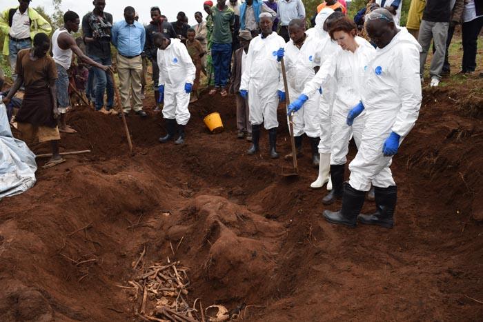 -En présence d'enfants, l'étape d'exhumation des restes des fosses communes a commencé officiellement, lundi