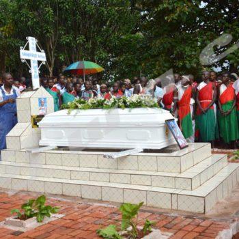 Le regard triste, les Batimbo du Groupe de tambourinaires de Gishora se recueillent devant le cercueil de leur mentorDes