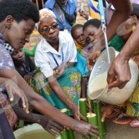 Des femmes de la FABU en train de fabriquer des bougies à l'aide de moules en bambous.