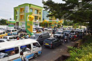 Une queue de véhicules en attente du carburant à la station Kinindo city oil.