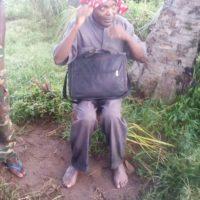 Le Père Adolphe Ntahondereye, pieds nus, lors de sa libération