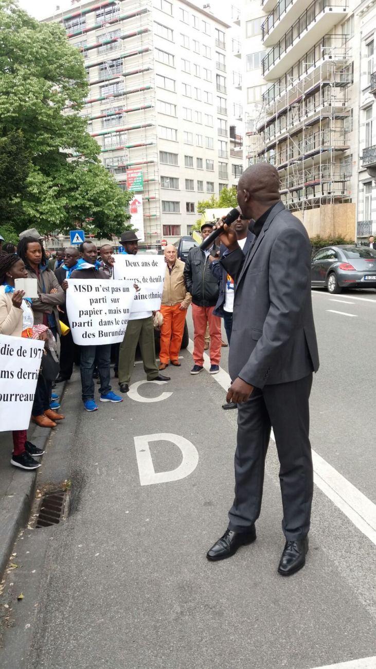 Des membres et des sympathisants du MSD devant l'ambassade du Burundi à Bruxelles