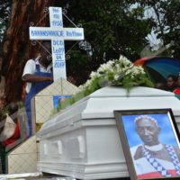 Portrait et le cercueil sur le tombeau à Gishora