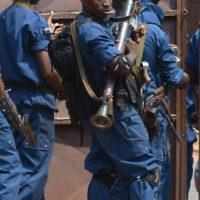 Une policier armé d'une lance-roquette, une scène devenue banale