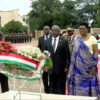 Le couple présidentiel se recueillant sur le sépulcre du président Cyprien Ntaryamira après le dépôt d'une gerbe de fleurs