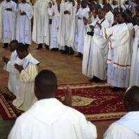 Vue partielle des Prêtres et Pères priant pour les deux nouveaux prédicateurs.