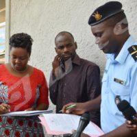 La vice-présidente du CNC signant le procès-verbal de remise du correspondant de Deutsche Welle.