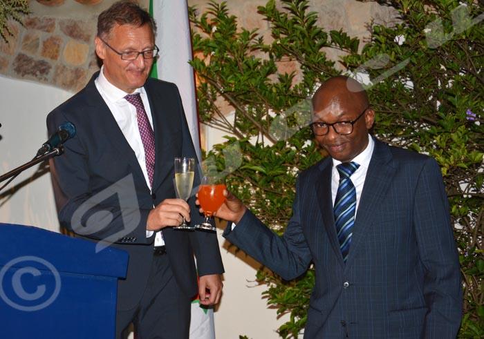 Le ministre Nyamitwe et l'ambassadeur Vetter lors de la célébration de la journée de l'Europe.