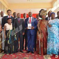 Le président de la République posant avec les membres de la Cndi à la présidence