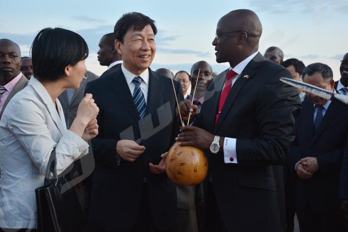 Gaston Sindimwo, premier vice-président burundais explique à Li Yuanchao à quoi servait une telle calebasse dans le Burundi traditionnel