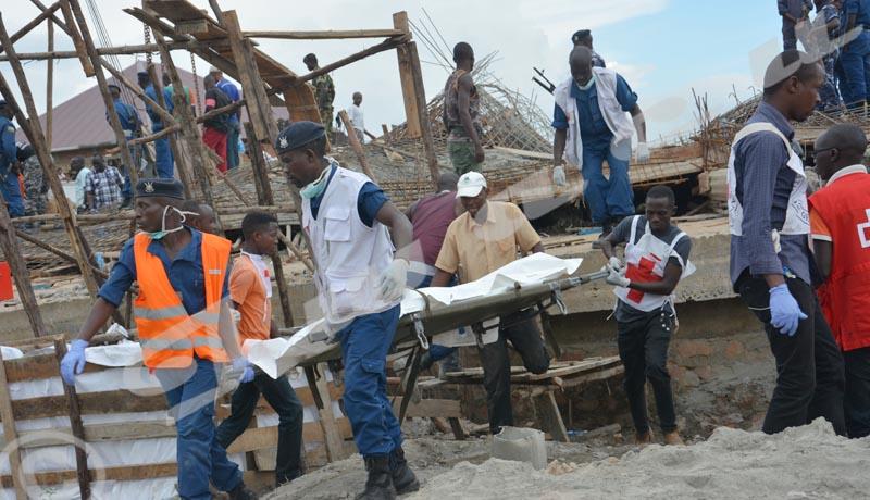 Les secouristes transportant le corps d'une victime sur un brancard.