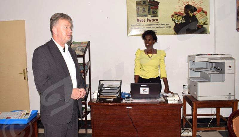 L'ambassadeur échange avec la community manager d'Iwacu ©Danny Nzeyimana/Iwacu
