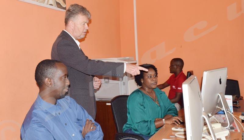 L'ambassadeur visite le service technique d'Iwacu (graphisme, web et photo) ©Danny Nzeyimana/Iwacu