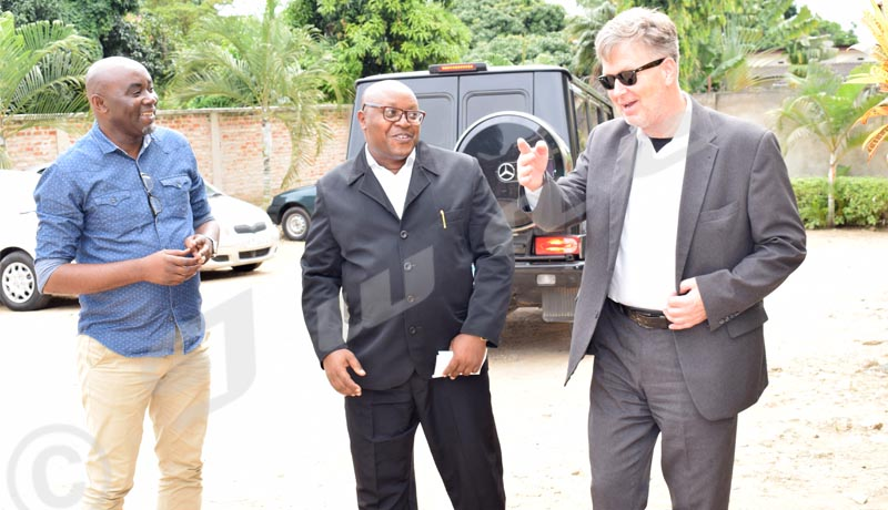 Abbas Mbazumutima et Léandre Sikuyavuga accueillant l'ambassadeur Strieder