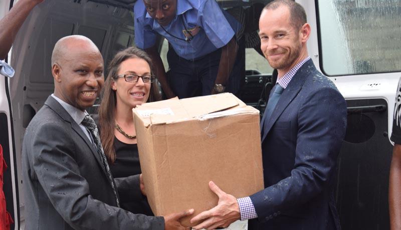 Le personnel de l'ambassade des Etats-Unis d'Amérique au chevet des victimes des inondations