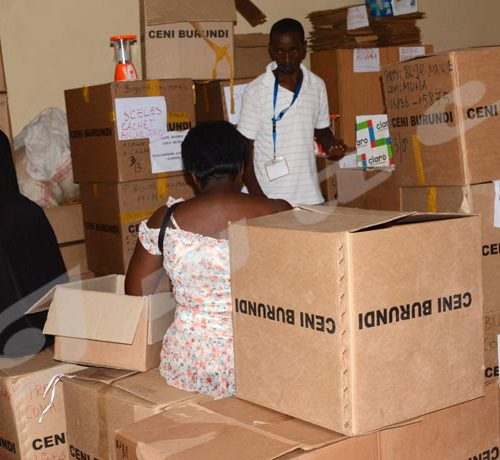 Mercredi 16 mai - Le staff de la CECI Muha à l'oeuvre pour acheminer le matériel aux différents bureaux de vote