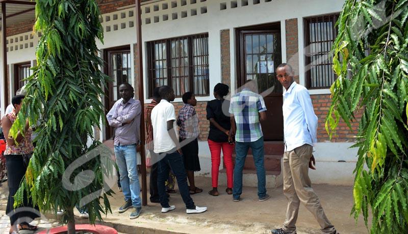 Mercredi 16 mai - A la CECI Muha, quelques personnes viennent retirer les cartes d'électeurs