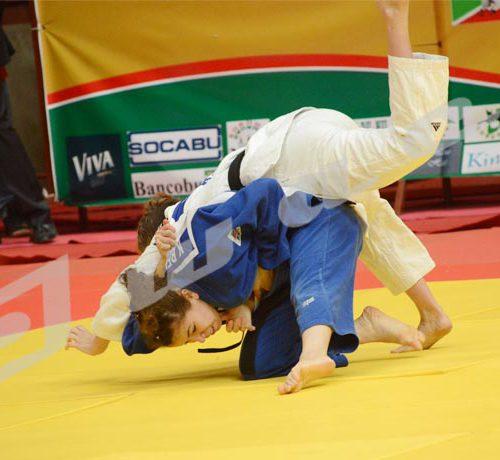 Dimanche, 13 mai 2018 - Une Algérienne renverse une Sud-africaine lors du championnat d'Afrique de Judo à Bujumbura ©Onesphore Nibigira/Iwacu