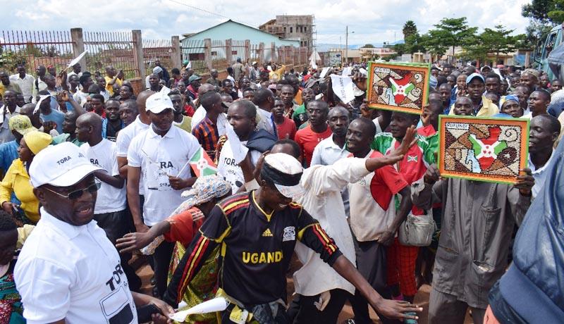 Des sympathisants de Rwasa dansent à Ngozi lors de la campagne référendaire pour le