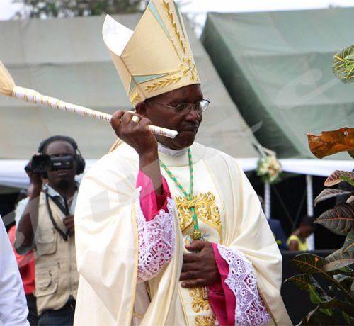 Le nouvel archevêque de Bujumbura bénit les chrétiens, samedi le 5 mai 2018