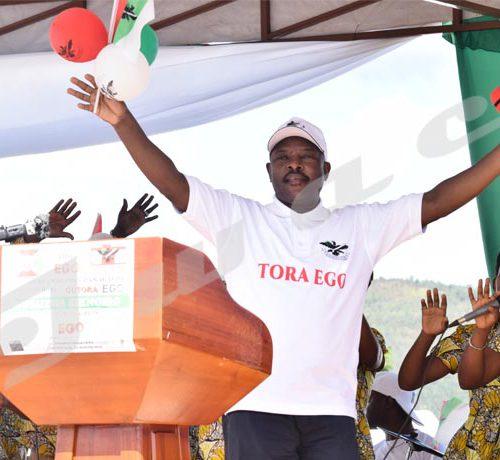 Pierre Nkurunziza danse lors du lancement de la campagne référendaire