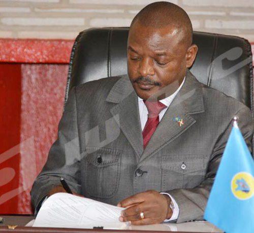 Jeudi, 7 juin 2018 - Pierre Nkurunziza, président burundais, signe la nouvelle constitution à Gitega