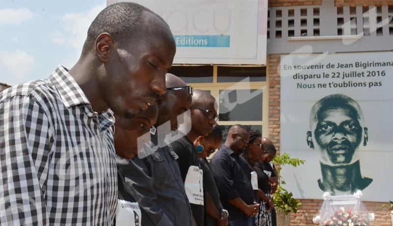 Pierre-Claver Banyankiye, un journaliste d'Iwacu adresse une prière à Dieu au nom de tout le groupe. Photo prise dans les enceintes d'Iwacu le 22 juillet 2018 ©Onesphore Nibigira/Iwacu