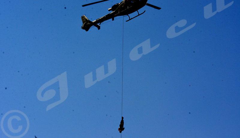 Commémoration du 56ème anniversaire de l'indépendance du Burundi: un commando décent acrobatiquement d'un hélicoptère sur une corde©Onesphore Nibigira/Iwacu