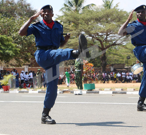 Commémoration du 56ème anniversaire de l'indépendance du Burundi: deux officiers de police en tête d'un peloton lors du défilé ©Onesphore Nibigira/Iwacu